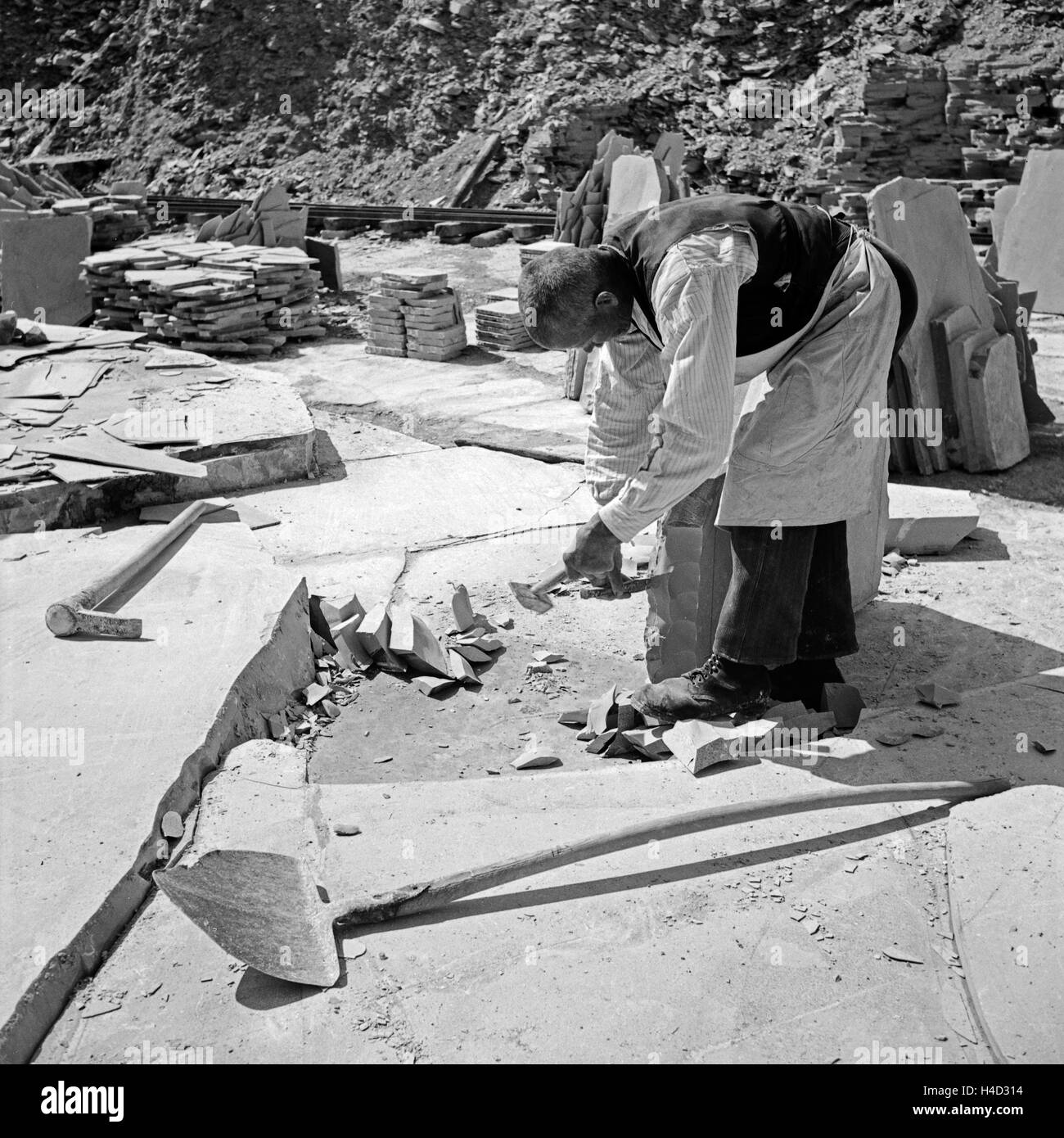 Arbeiter im Steinbruch für Plattenkalk in Solnhofen, Deutschland 1930er Jahre.Worke at the lithographic limestone - Stock Image