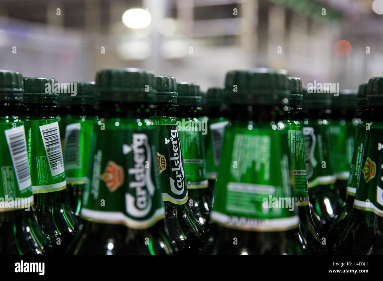 Carlsberg Deutschland GmbH report: Filling flasks PET mountain Carls - Stock Image