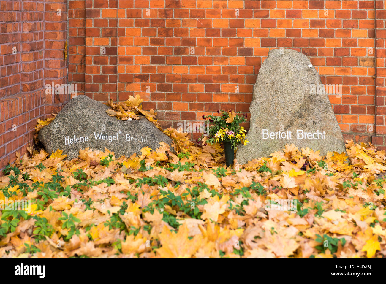 Germany, Berlin, tomb Bertolt Brecht (1898-1956), author and dramatist and Helene Weigel (1900-1971), actress, the - Stock Image