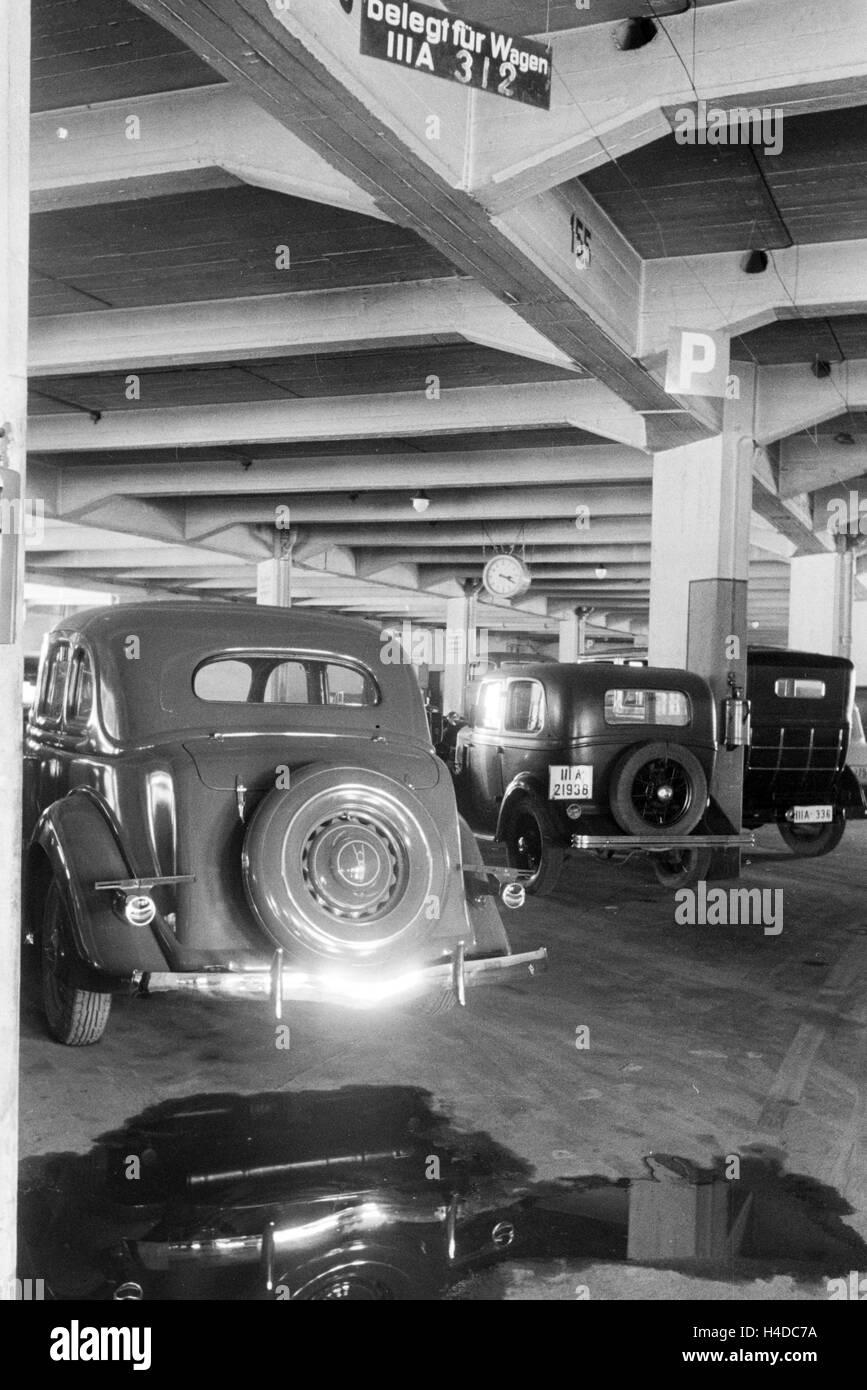 Parkende Autos in einem Parkhaus in Stuttgart, Deutschland 1930er Jahre. Parked cars in a car park in Stuttgart, - Stock Image