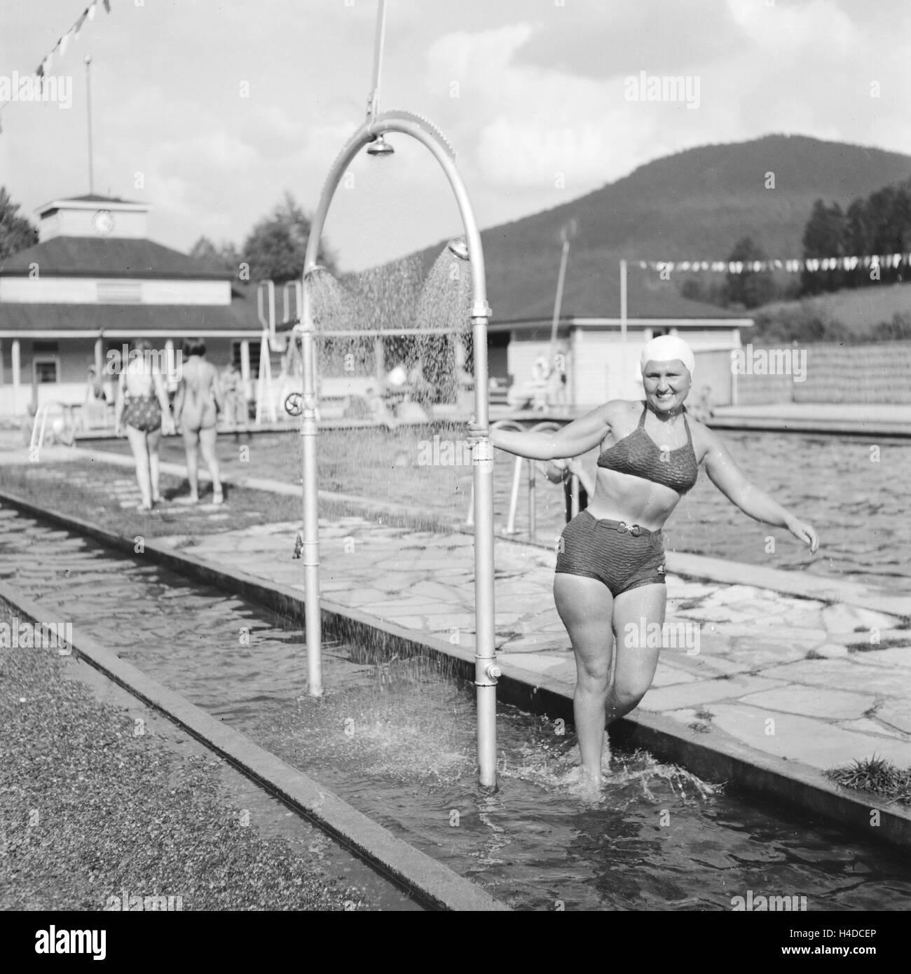 Gäste in einem Schwimmbad, Deutschland 1930er Jahre. Guests at a public pool, Germany 1930s. Stock Photo