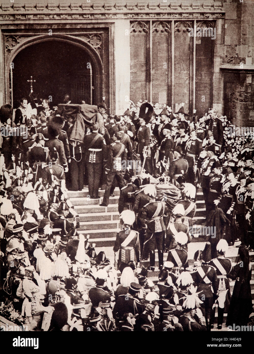 The coffin of King Edward VII is carried into St George's Chapel in Windsor Castle on 20th May 1910. - Stock Image