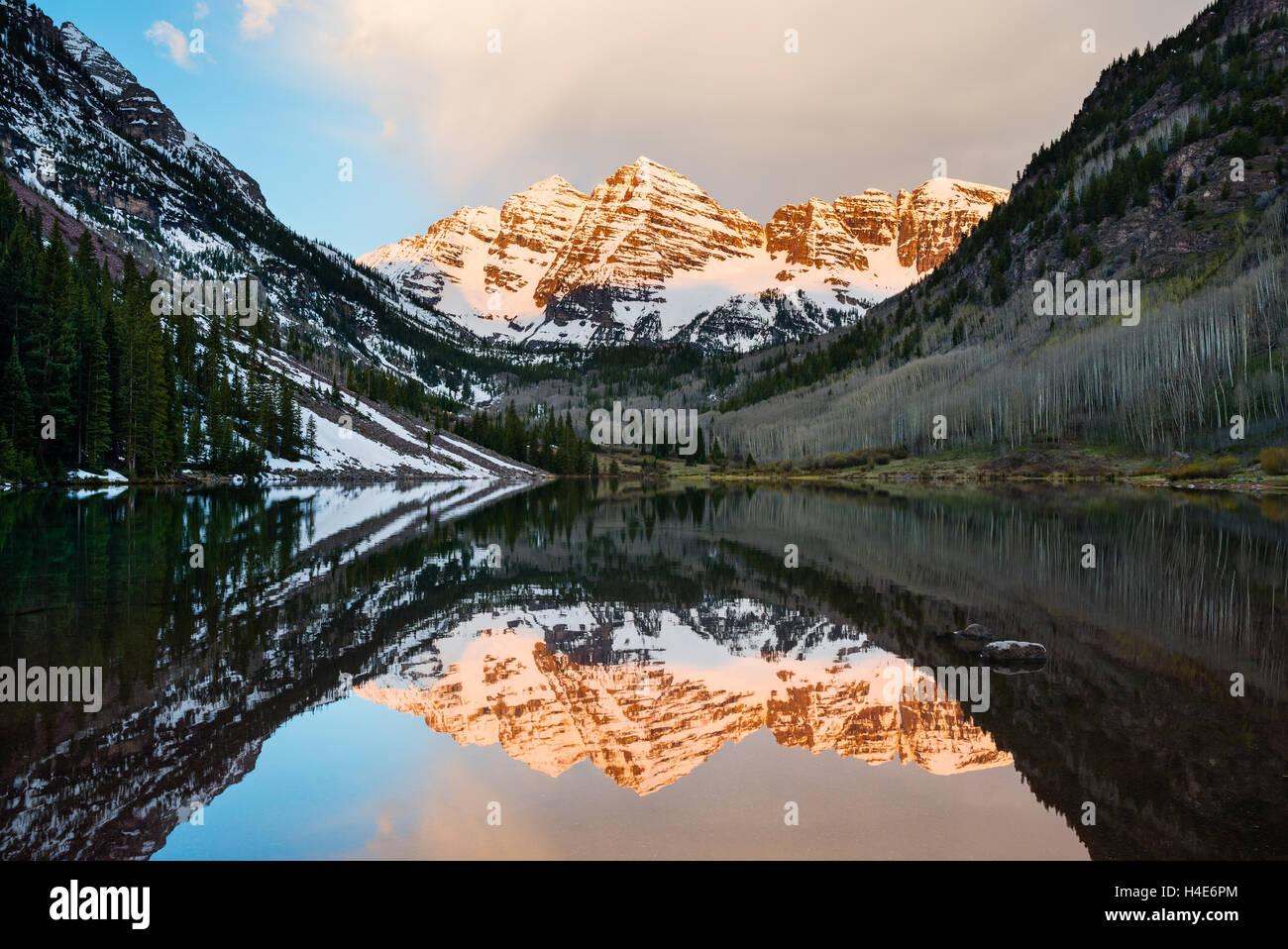 Maroon Bells peak at Maroon lake, Aspen, Colorado at sunrise - Stock Image