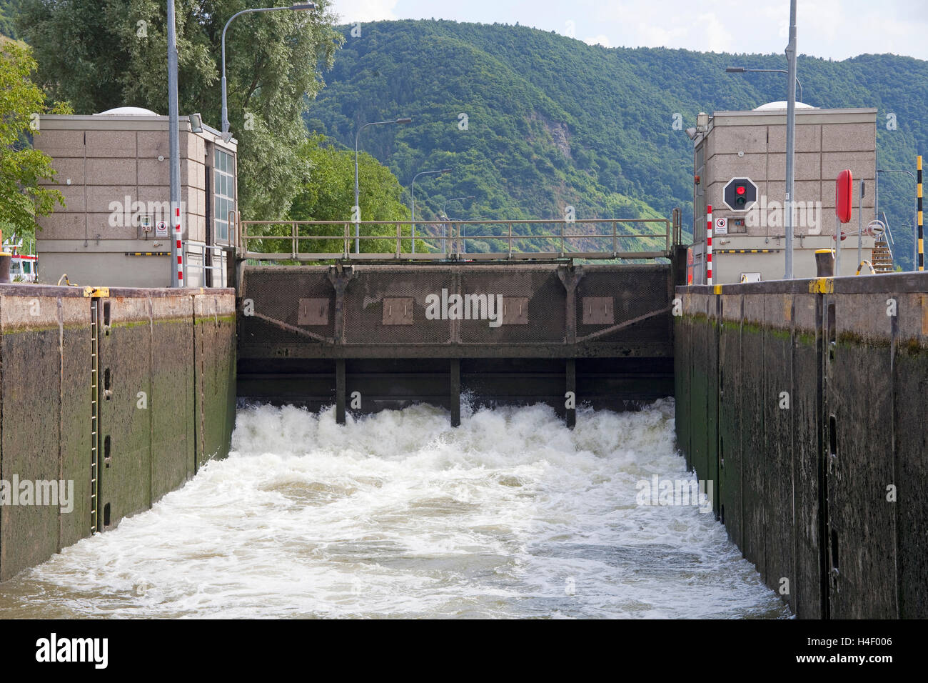 Barrage and sluice, Moselle in Wintrich, Rhineland-Palatinate, Germany - Stock Image