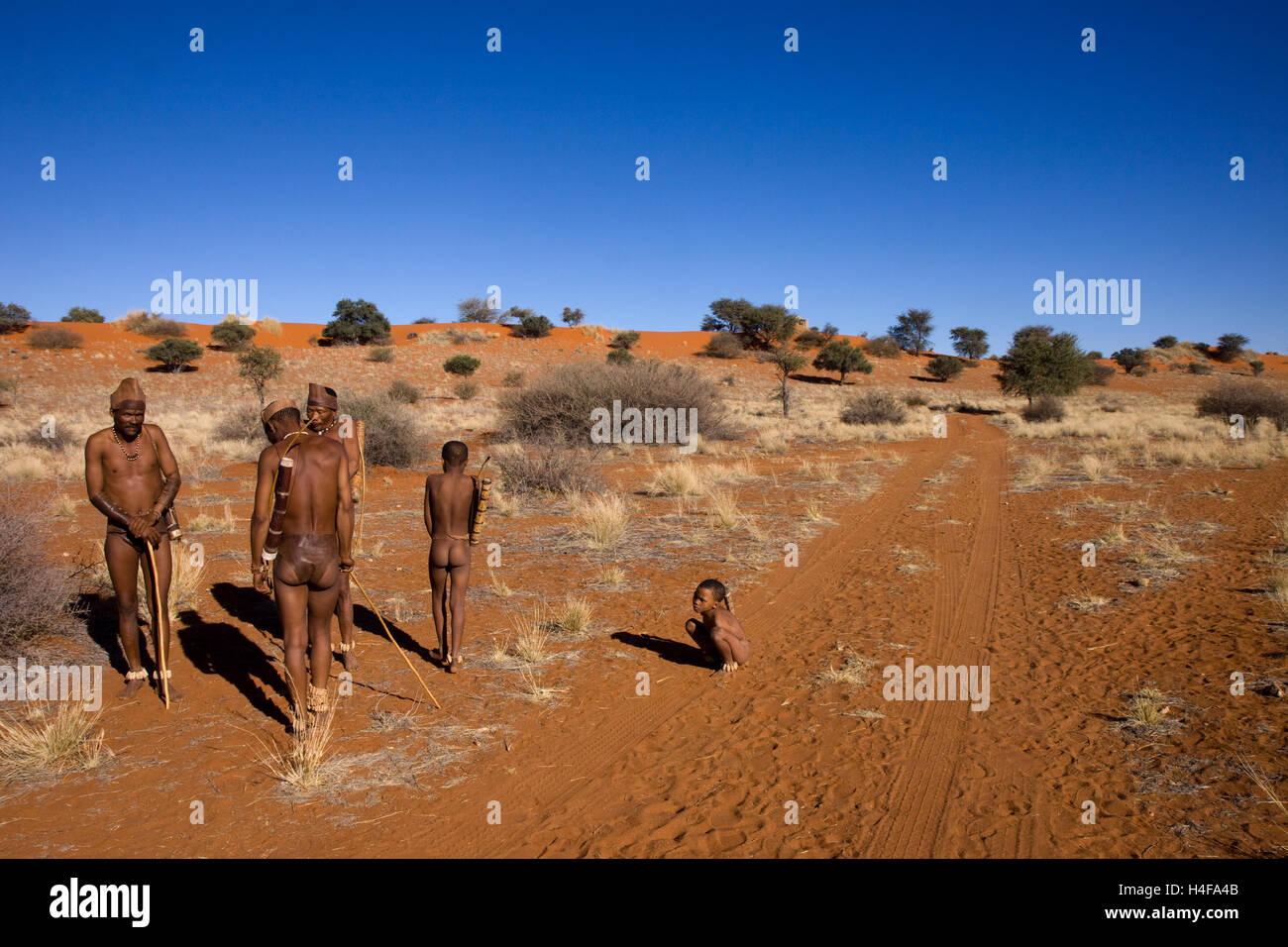 family of san bushmen in the desert of kalahari in central namibia - Stock Image