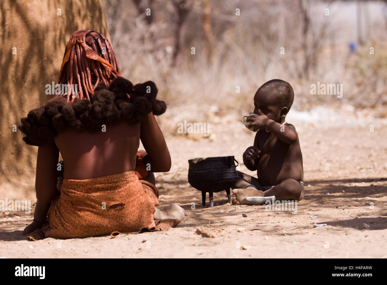mother and child in a himba camp in north of namibia - Stock Image