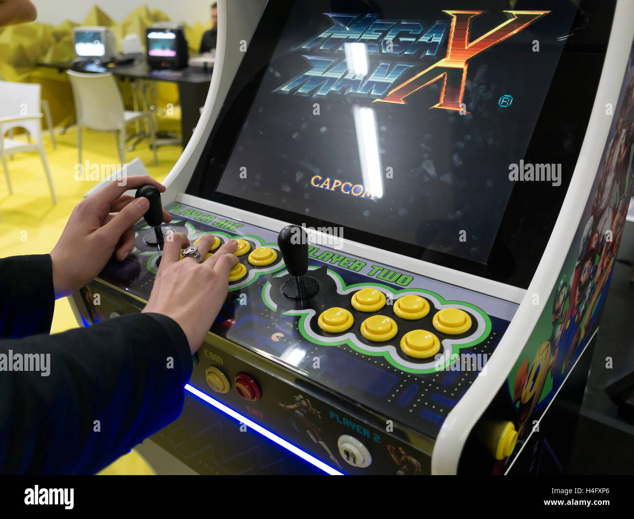 MILAN, ITALY - OCTOBER 14: Retro Vintage bar video game at Games Week 2016, event dedicated to electronic entertainment - Stock Image