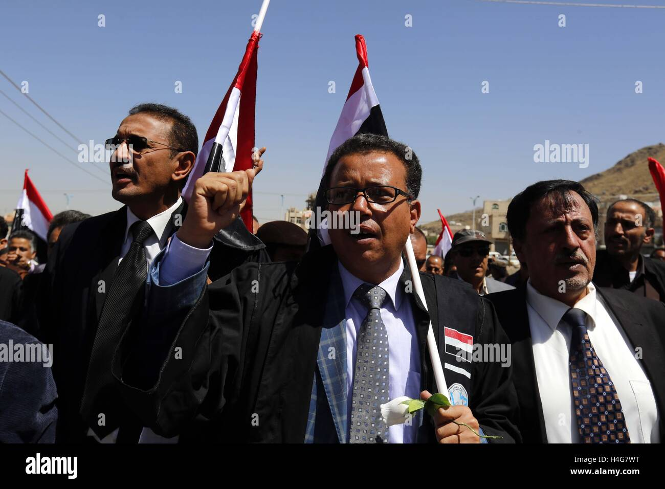 (161015) -- SANAA, Oct.15, 2016 (Xinhua) -- Yemenis shout slogans during a rally in solidarity and honor of the - Stock Image