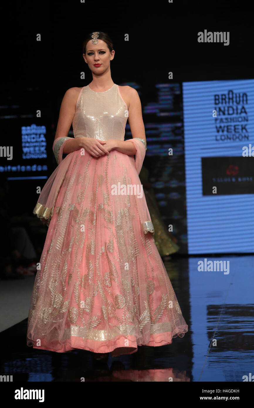 London Uk 16th October 2016 A Full House For India Fashion Week Stock Photo Alamy
