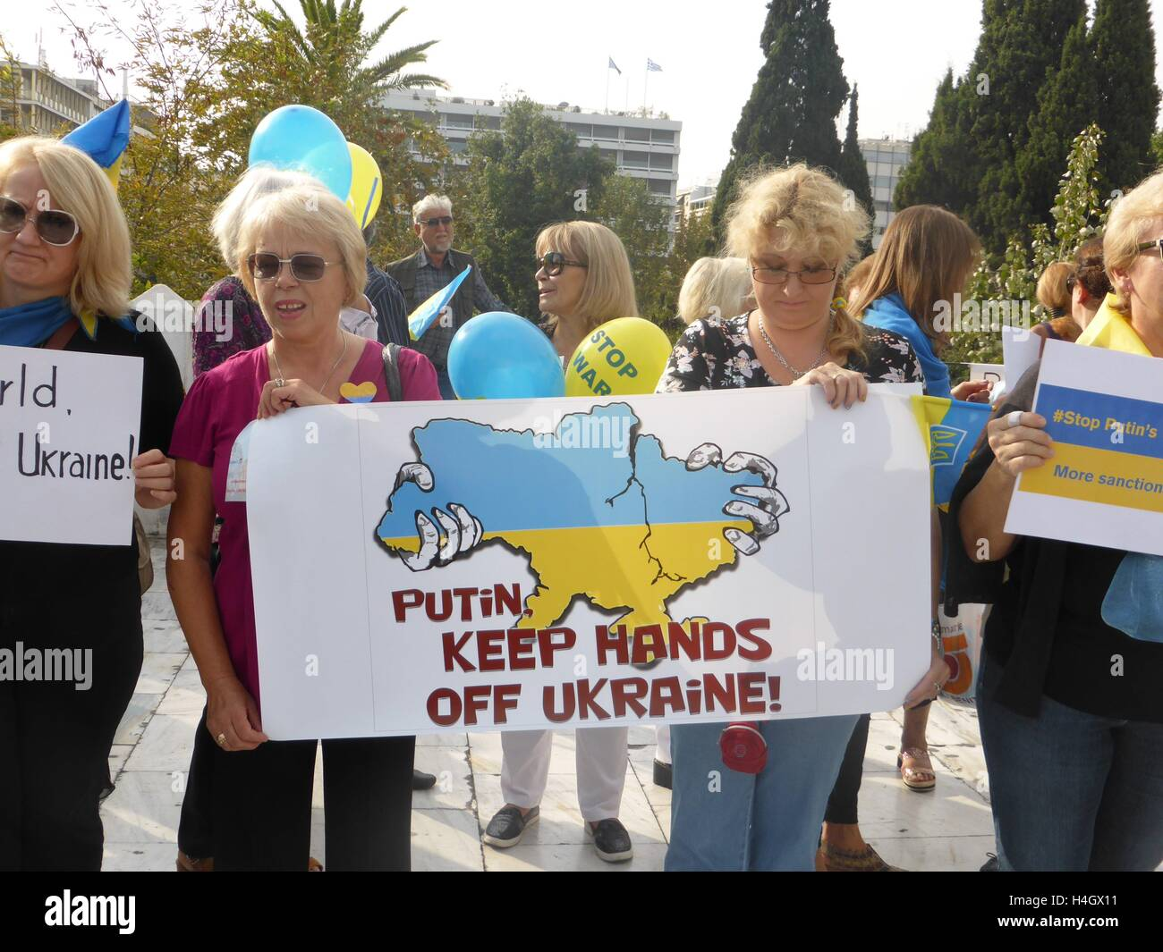 Athens, Greece. 16th Oct, 2016. Demonstrators hold a banner against Puttin Ukranian people demonstrate in Athens Stock Photo