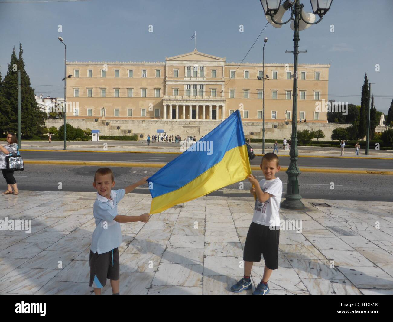 Athens, Greece. 16th Oct, 2016. 2 boys hold an Ukranian flag in front of the Greek parliament. Ukranian people demonstrate - Stock Image