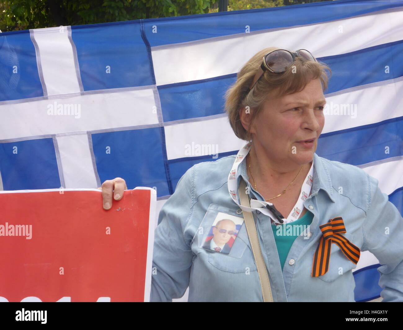 Athens, Greece. 16th Oct, 2016. A demonstrator wears a St George Cross and a image of Puttin. Ukranian people demonstrate - Stock Image