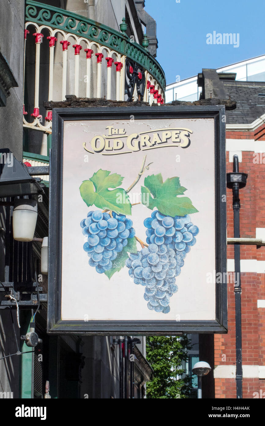 'The Old Grapes' pub sign, Manchester, UK. - Stock Image