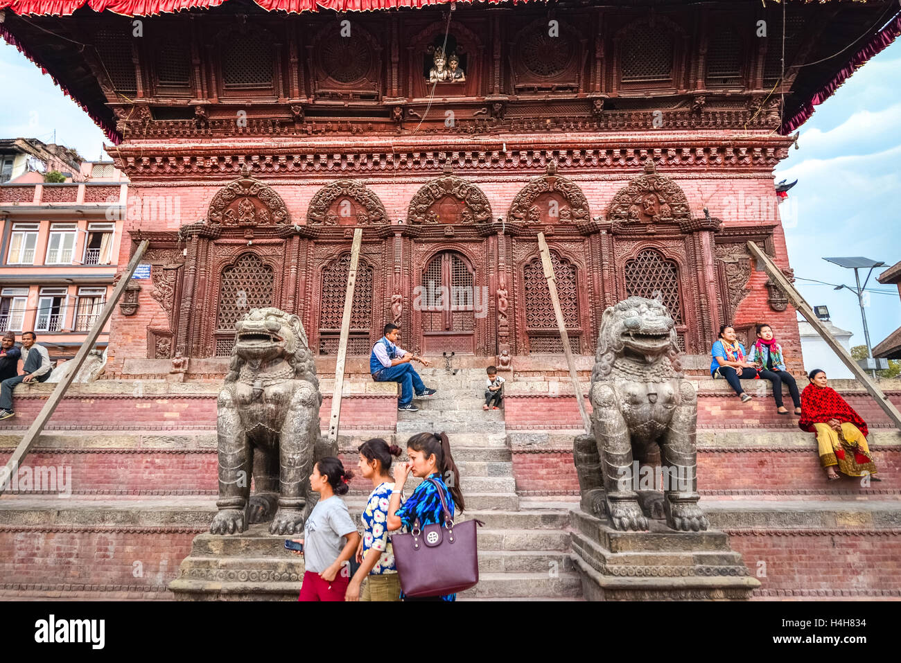 People having leisure time on the staircase leading into Shiva Parvati temple in Kathmandu Durbar Square. © - Stock Image