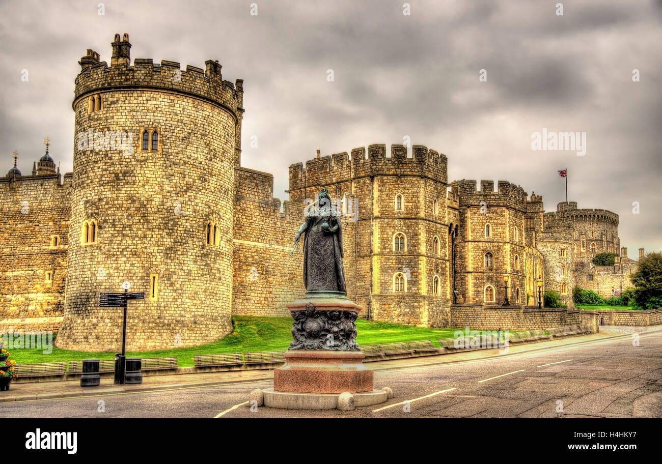 Statue of Queen Victoria in front of Windsor Castle - England - Stock Image