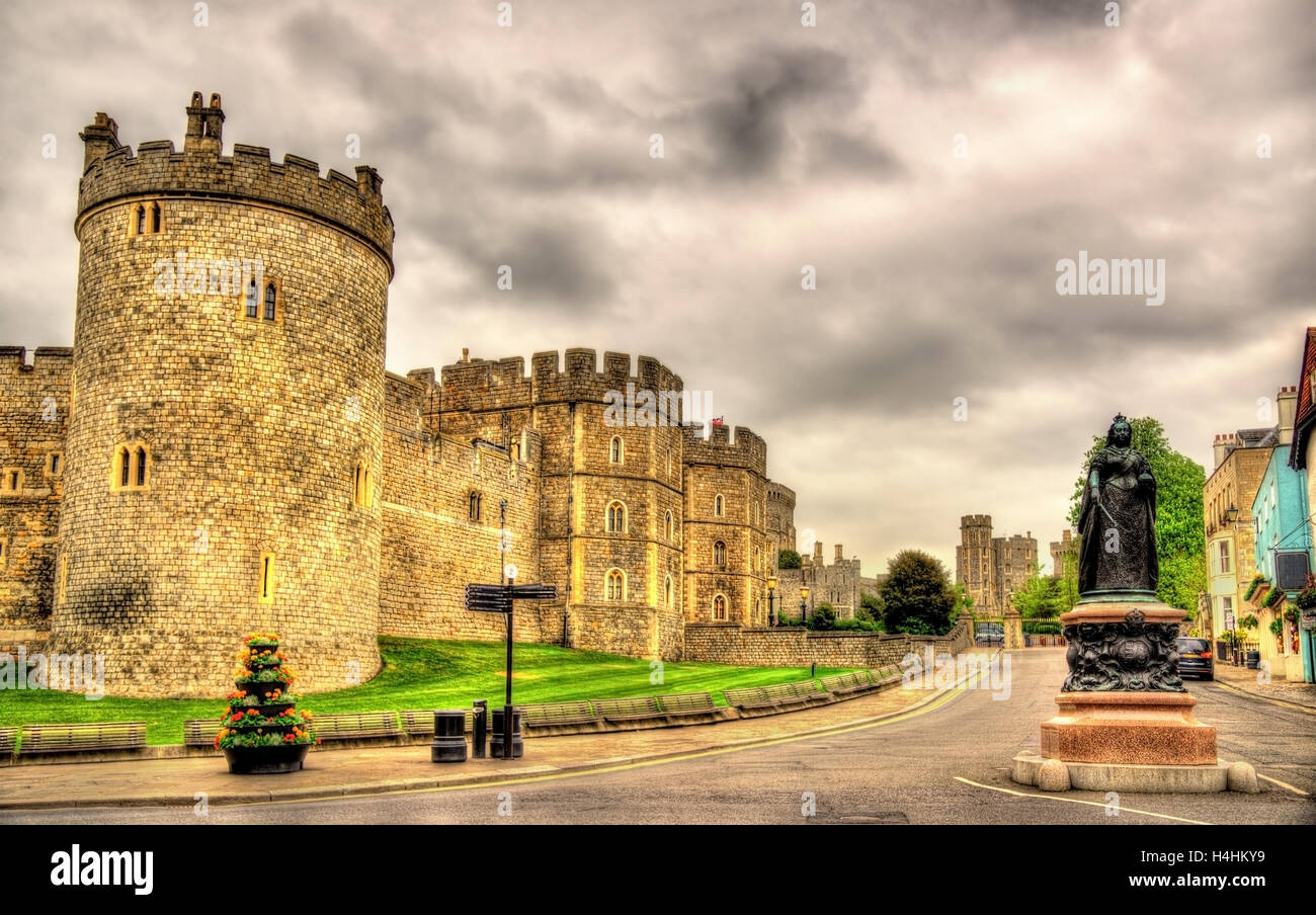 Statue of Queen Victoria and walls of Windsor Castle - England - Stock Image