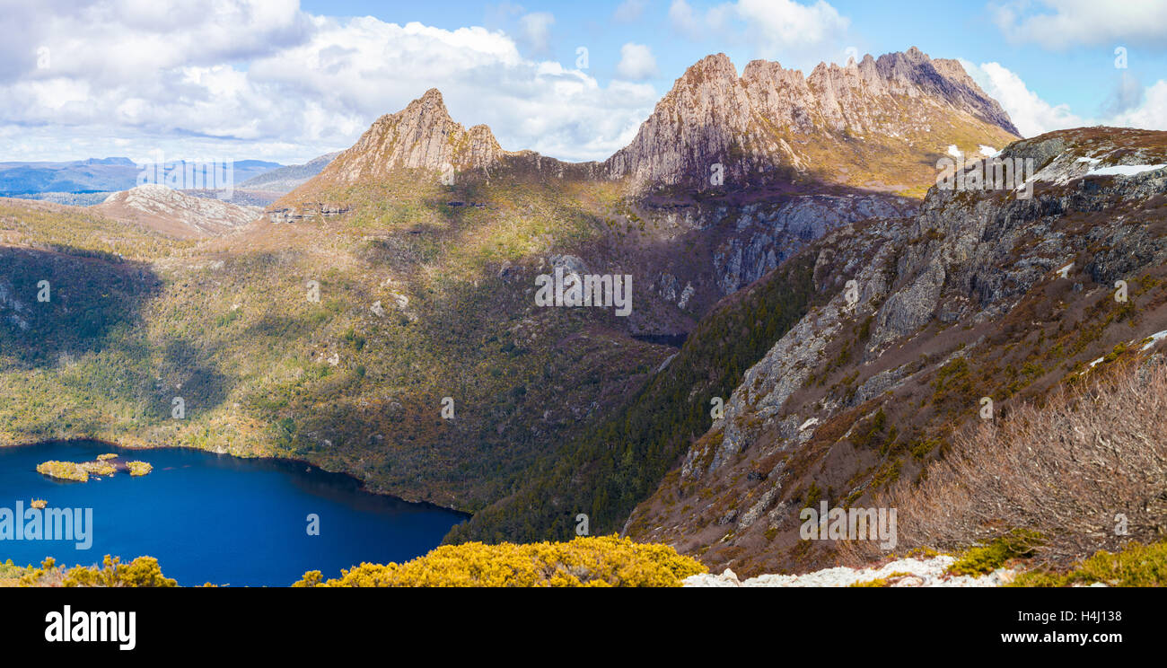 Dove lake and Cradle Moutain on bright sunny day. Cradle Mountain National Park, Tasmania, Australia - Stock Image