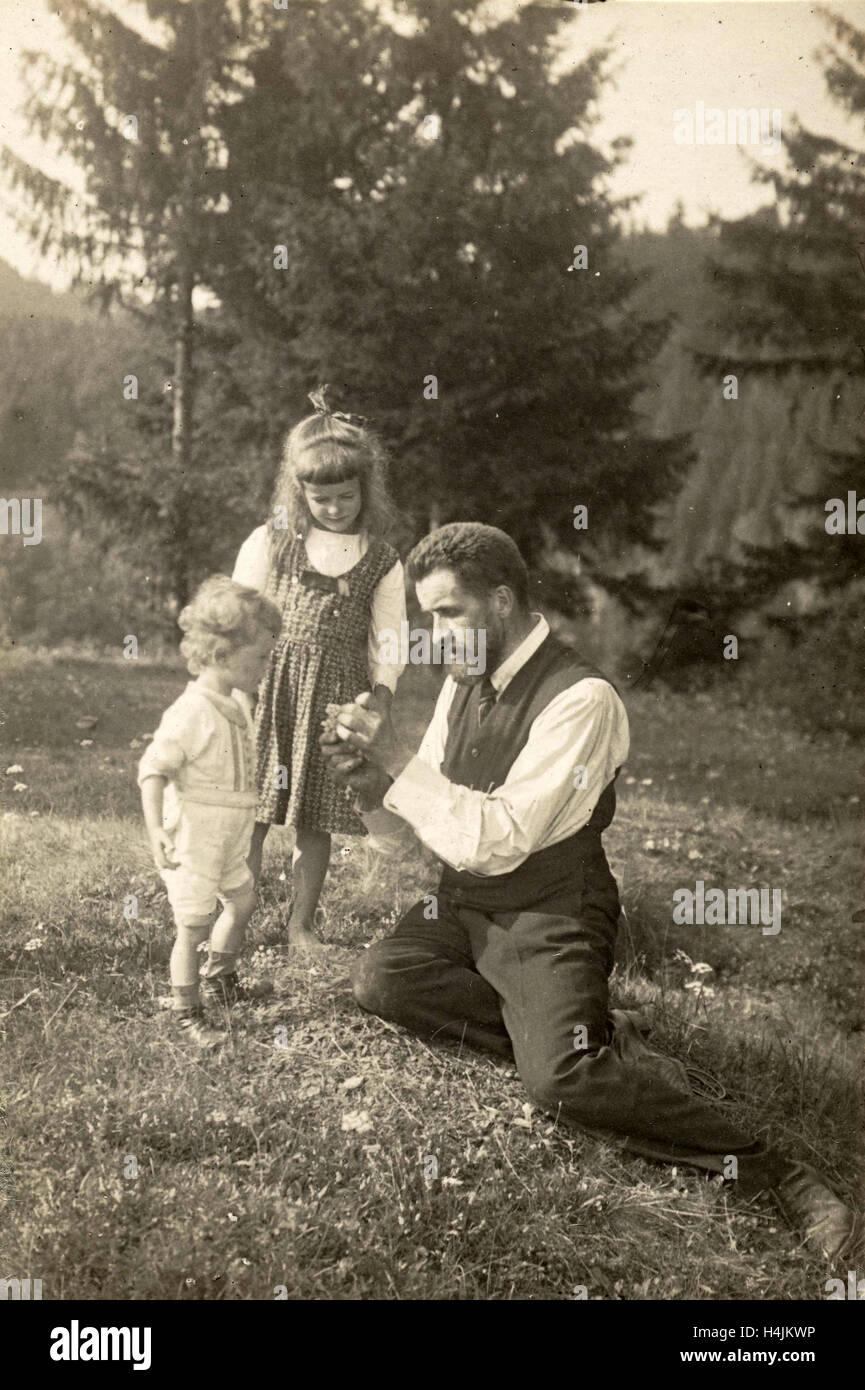 Waldemar Titzenthaler, the photographer, with his children and Marba Eckart in a clearing, Waldemar Titzenthaler, - Stock Image