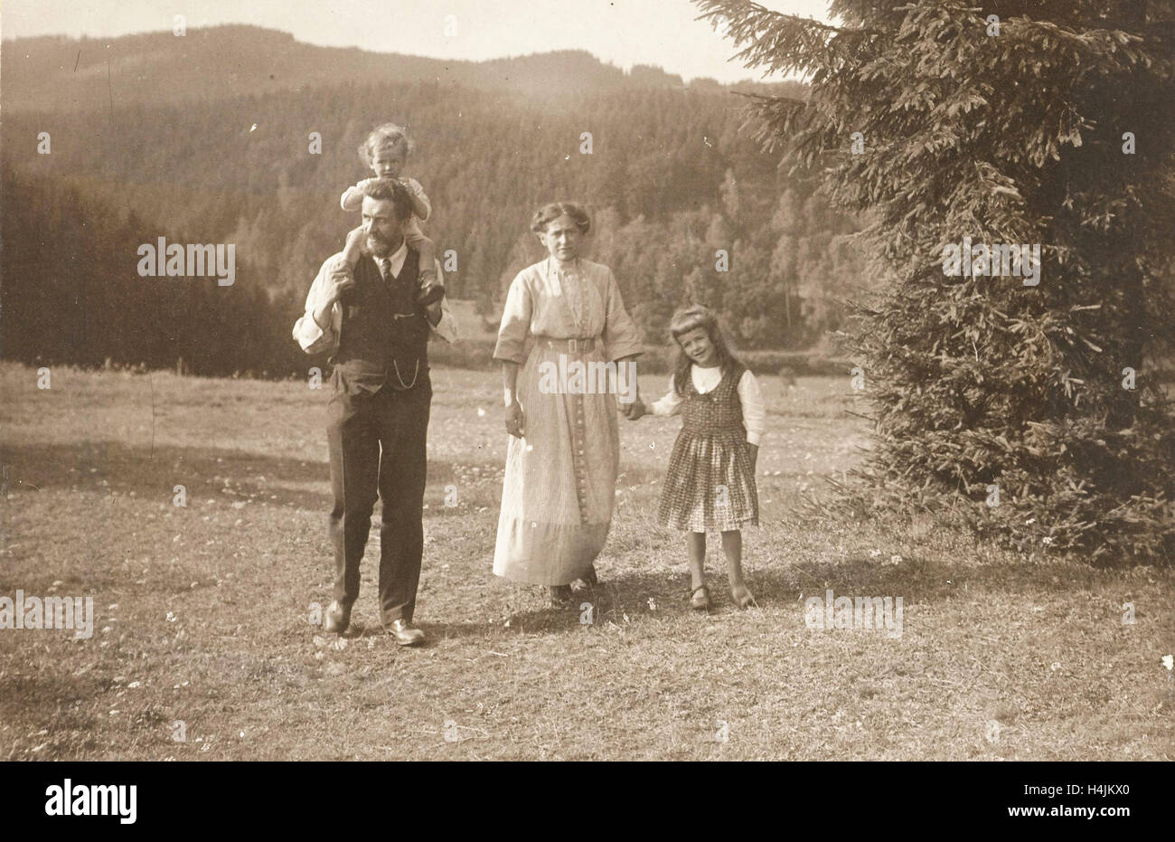 Waldemar Titzenthaler, the photographer, with his wife Olga and children Marba and Eckart in a clearing, Waldemar - Stock Image