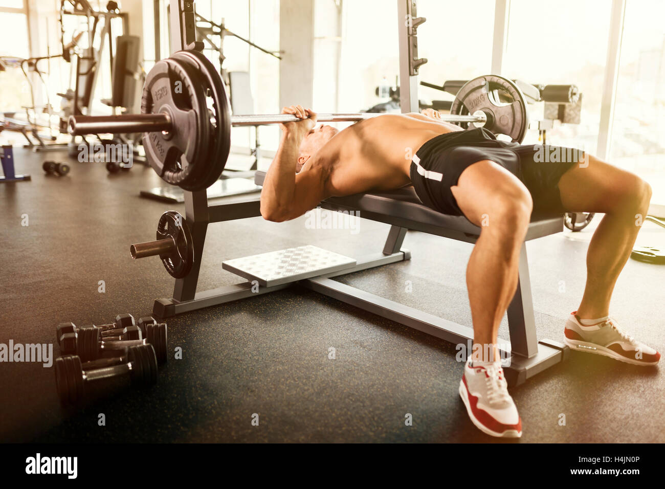 Muscular bodybuilder bench press workout - Stock Image