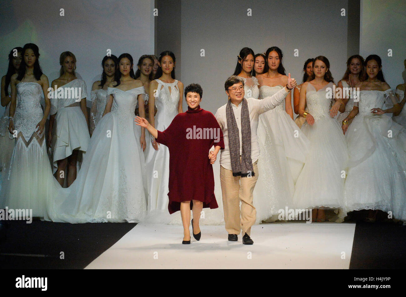 Shanghai, China. 16th Oct, 2016. Designer Ren Chunhua (L front) acknowledges the audience during the Shanghai Fashion - Stock Image