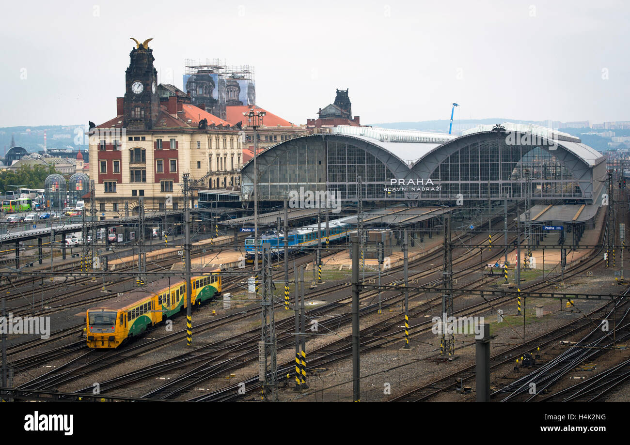 Rail track management company SZDC is prepared to pay to Italian firm Grandi Stazioni the amount of money provably spent on construction work at Prague's main train station (on the photo from October 14), it prefers an off-court settlement, SZDC CEO Pavel Sury said on Sunday but admitted that the dispute will probably end at court. SZDC terminated the lease contract with Grandi Stazioni as of midnight, October 16, because the company failed to reconstruct historic building Fanta on time. Grandi Stazioni, which was to have the railway station leased for another 30 years, earlier said that if SZ Stock Photo