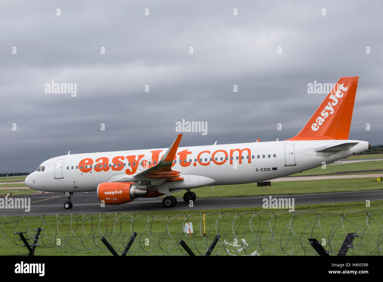 EasyJet Airbus A320-214 at Manchester Ringways Airport - Stock Image