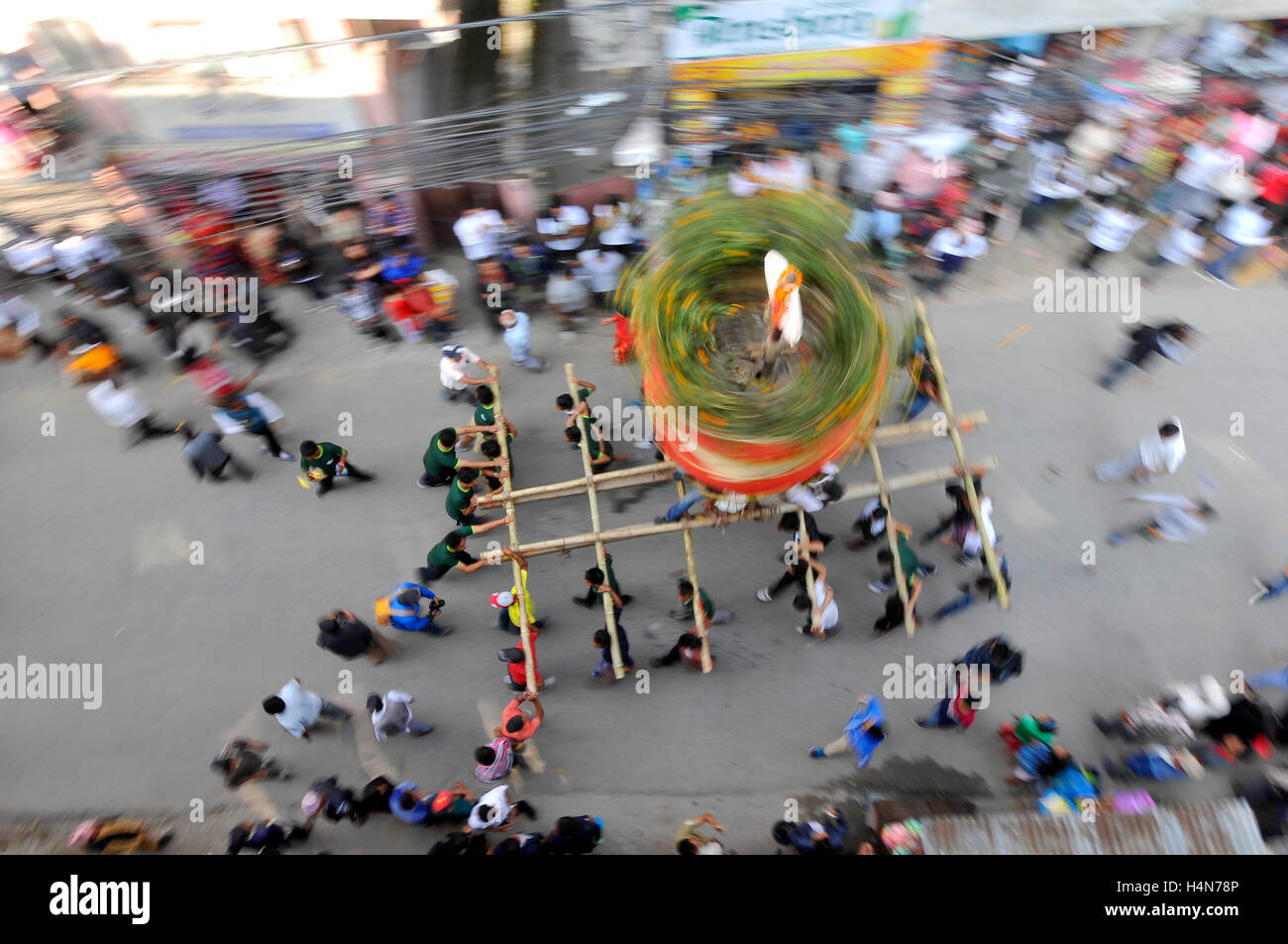 Kathmandu, Nepal. 17th Oct, 2016. Locals carry as well as rotates the top part of a chariot of Lord Narayan across - Stock Image