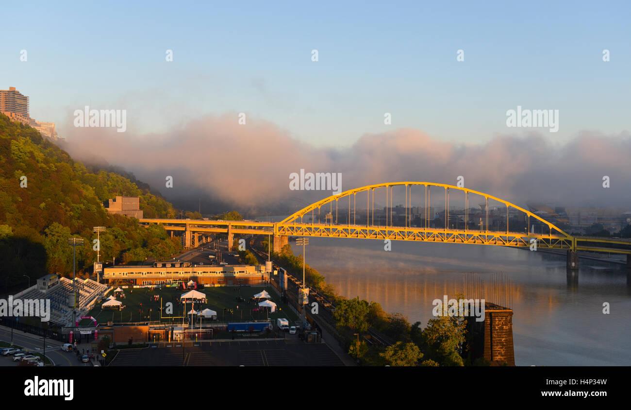 USA Pittsburgh PA Pennsylvania Low fog on the Ohio and Monongahela Rivers Fort Pitt Bridge Stock Photo