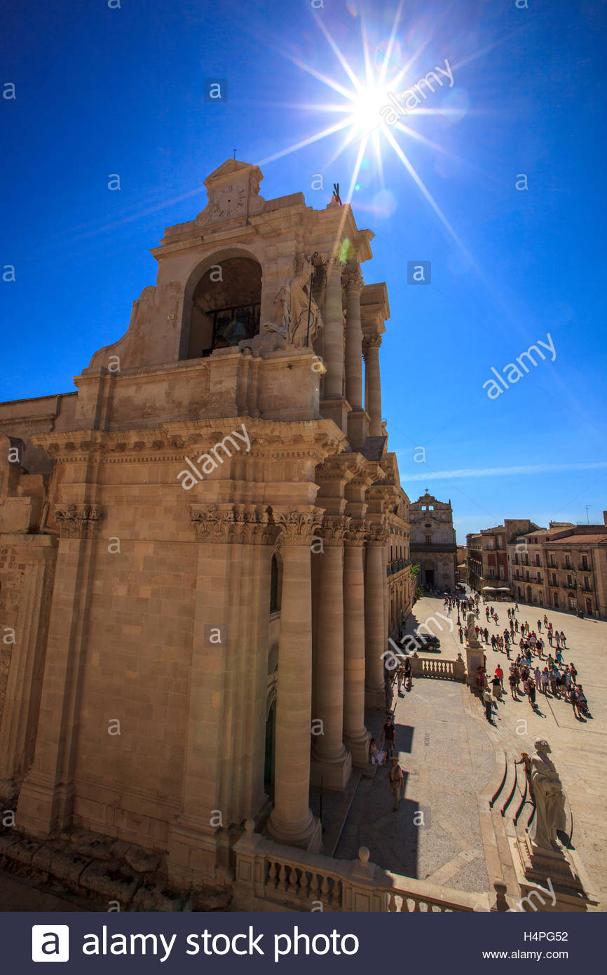 The sun shines brightly in a cloudless blue sky above the cathedral in the Piazza Duomo on the island of Ortygia, - Stock Image