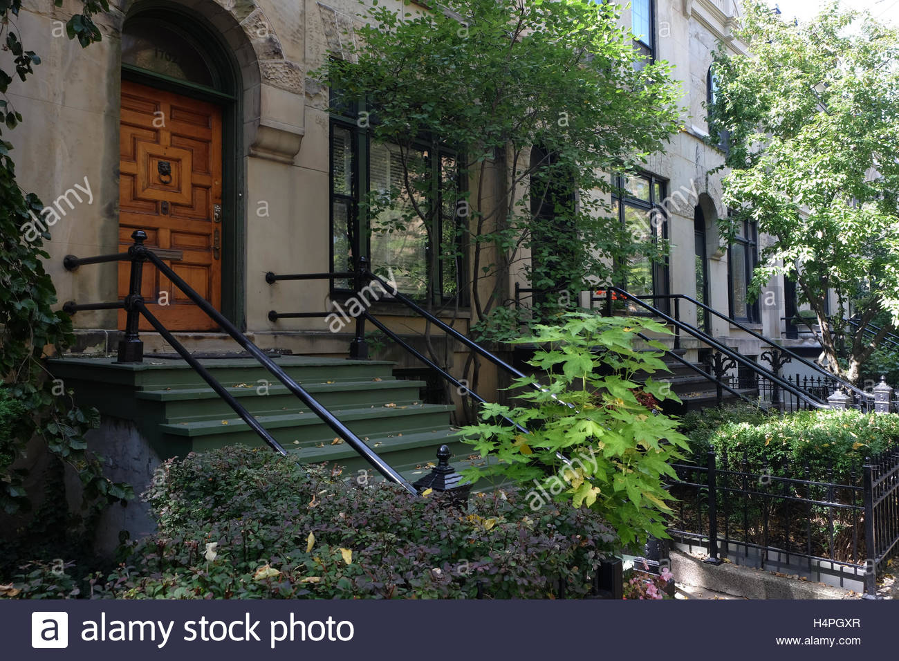 An upscale rowhouse in Chicago's historic Old Town neighborhood along North Crilly Court. - Stock Image