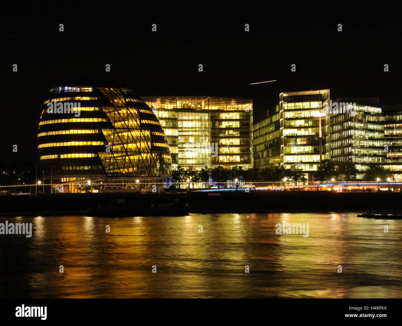 London's City Hall and the river Thames, at night. - Stock Image