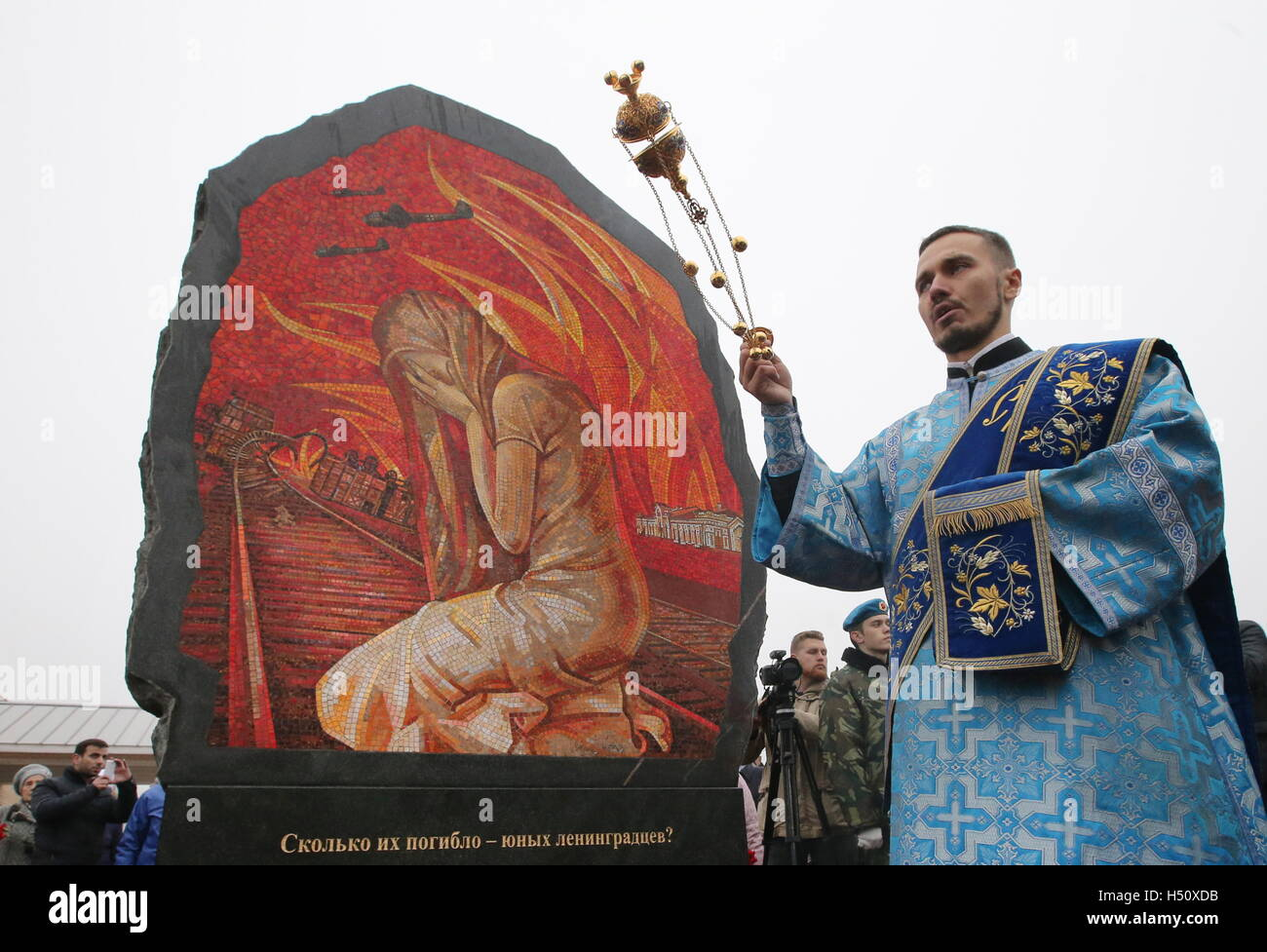 Tikhvin, Leningrad Region, Russia. 14th Oct, 2016. A Russian Orthodox priest conducts a blessing ceremony at a war - Stock Image