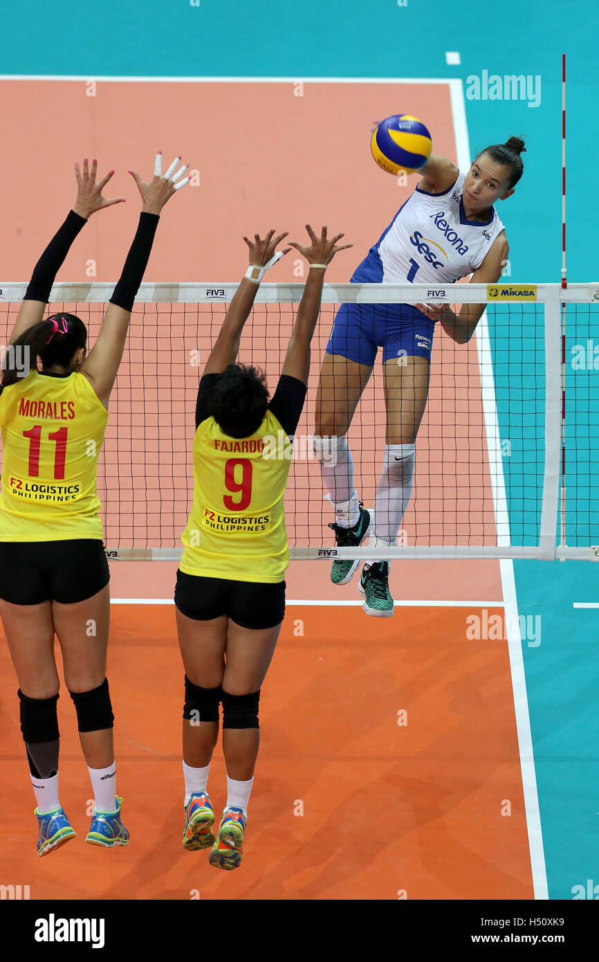 Pasay City, Philippines. 18th Oct, 2016. Gabriela Braga Guimaraes (up) of Rexona Sesc-Rio competes against Lynda - Stock Image