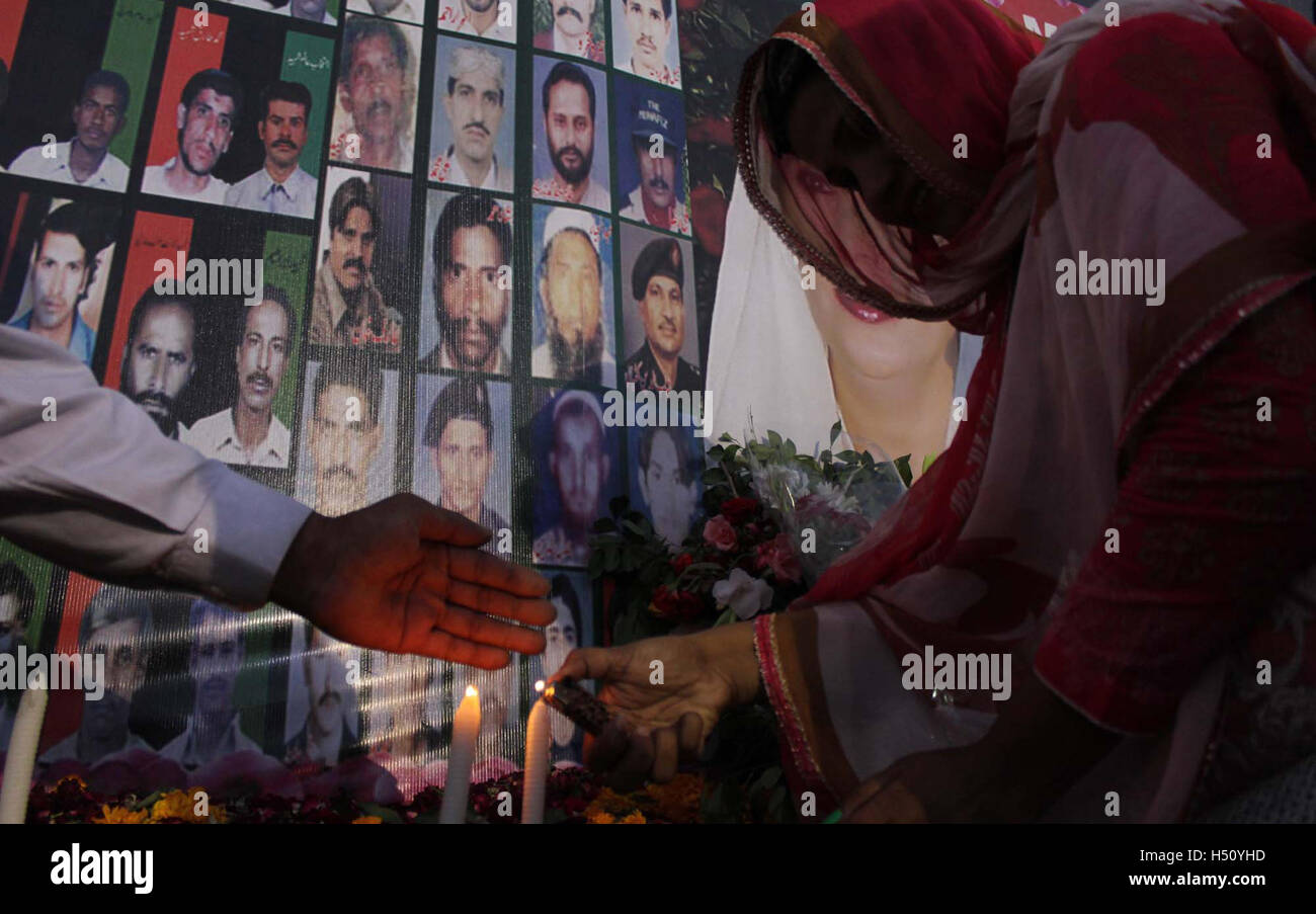 Pakistan. 18th October, 2016. Activists of Peoples Party are holding candle light vigil in reminiscence of political - Stock Image