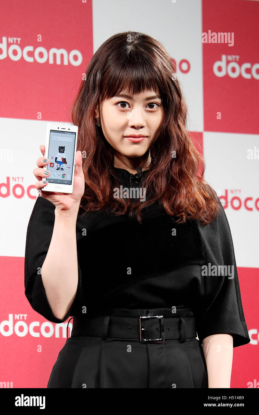 mituki takahata Japanese actress Mitsuki Takahata poses for the cameras during a press  conference for the launch of DoCoMo's 2016-2017 winter-spring lineup of 13  new mobile ...