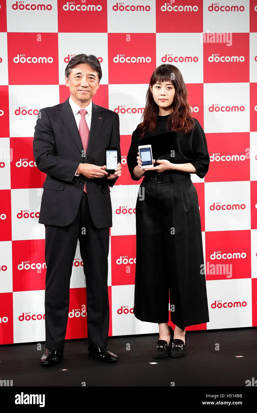 mituki takahata cm (L to R) NTT DoCoMo President Kazuhiro Yoshizawa and actress Mitsuki  Takahata pose for