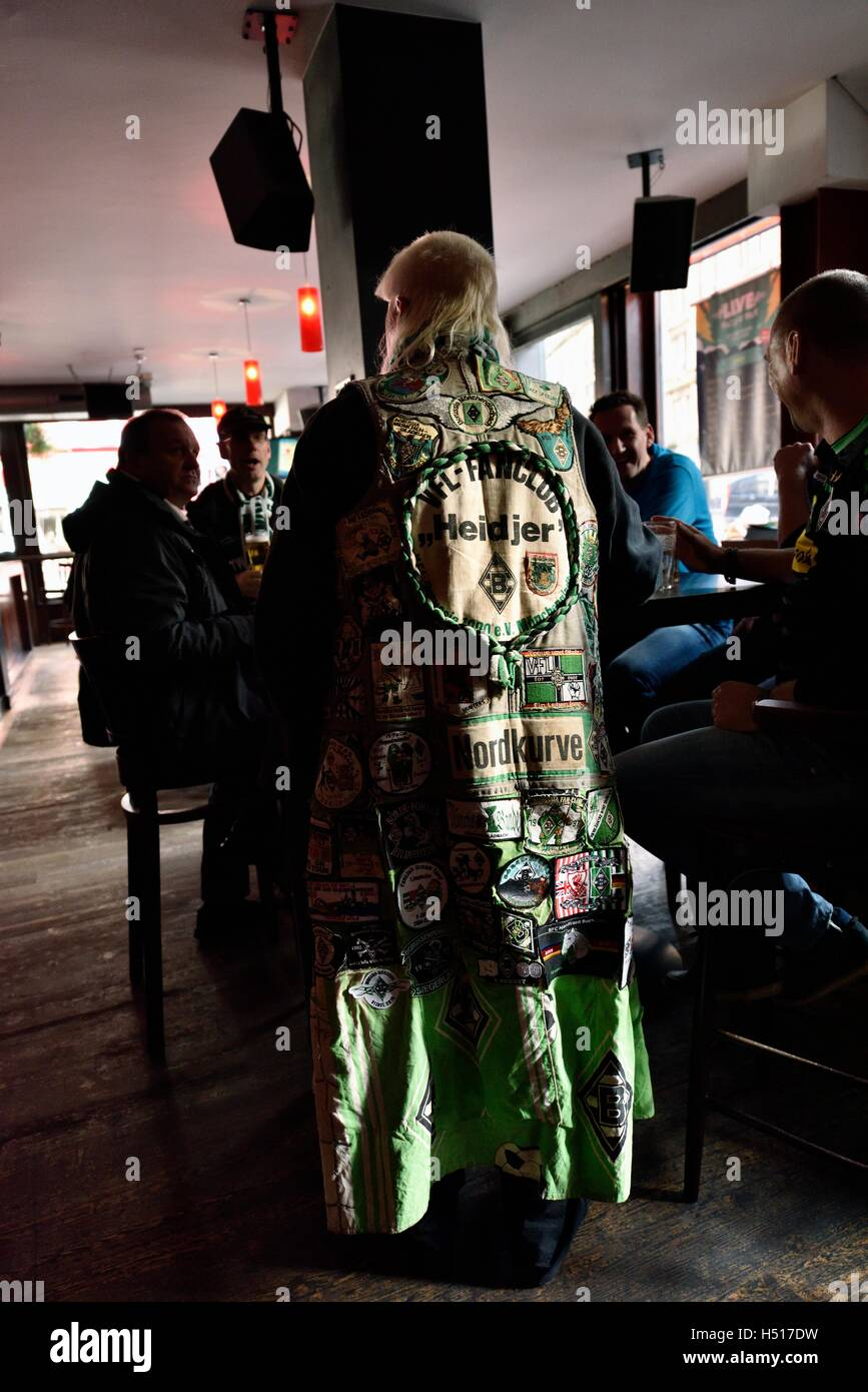 Glasgow, Scotland, UK. 19th October, 2016. Fans of German club  Borussia Monchengladbach enjoy a drink in Maggie - Stock Image