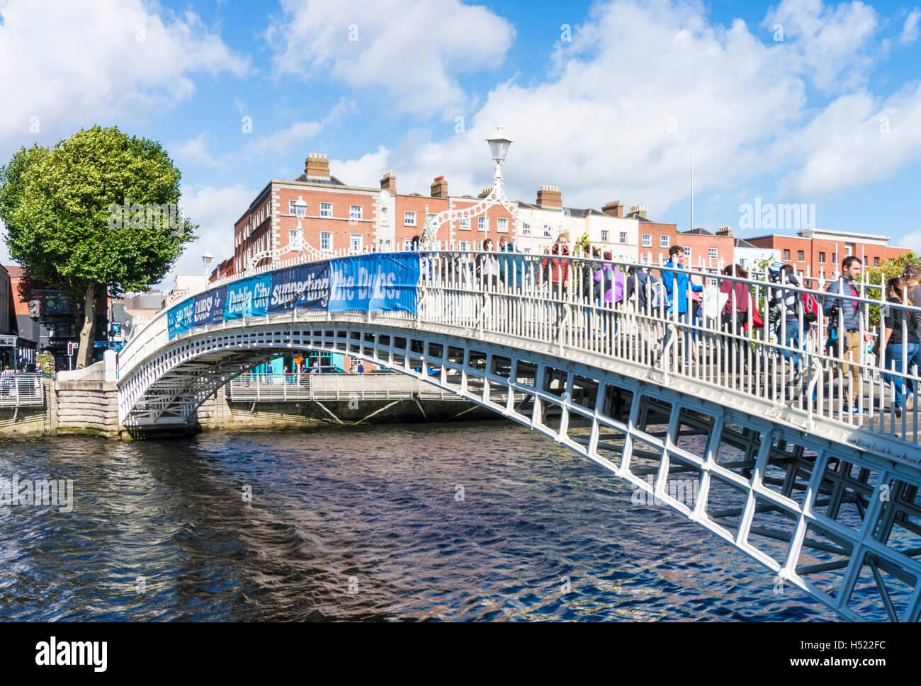 Ha'penny bridge dublin ha'penny bridge Halfpenny Bridge over River Liffey Dublin Ireland Europe EU - Stock Image