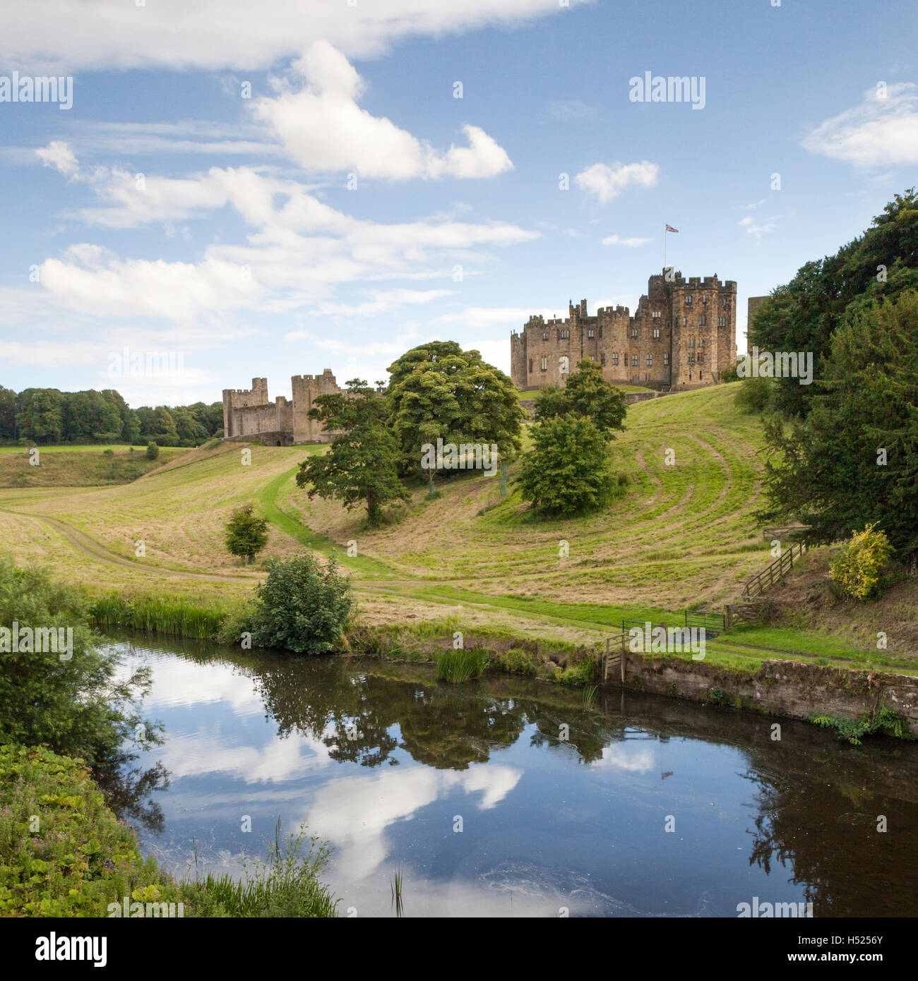 Alnwick Castle, home of the Duke and Duchess of Northumberland, film location for Harry Potter, River Aln, Summer's - Stock Image