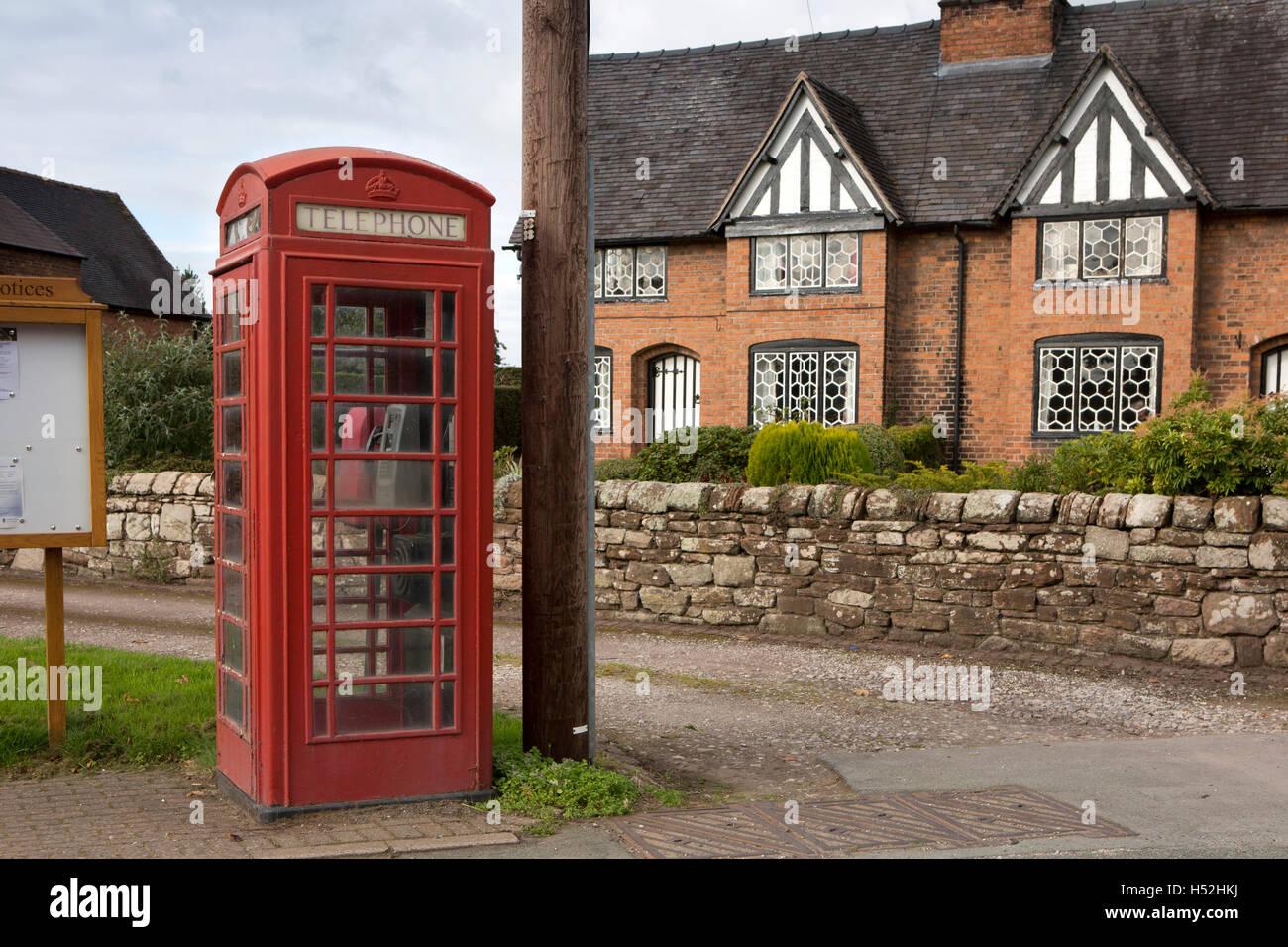 UK, England, Cheshire, Tiverton, Huxley Lane, K6 Phone box beside cottages with hexagonal panel windows - Stock Image