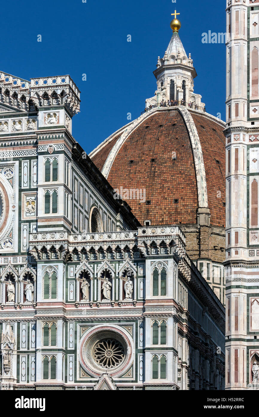 The great dome of the Duomo (Cattedrale di Santa Maria del Fiore) seen from a side street off Piazza Duomo in Florence - Stock Image