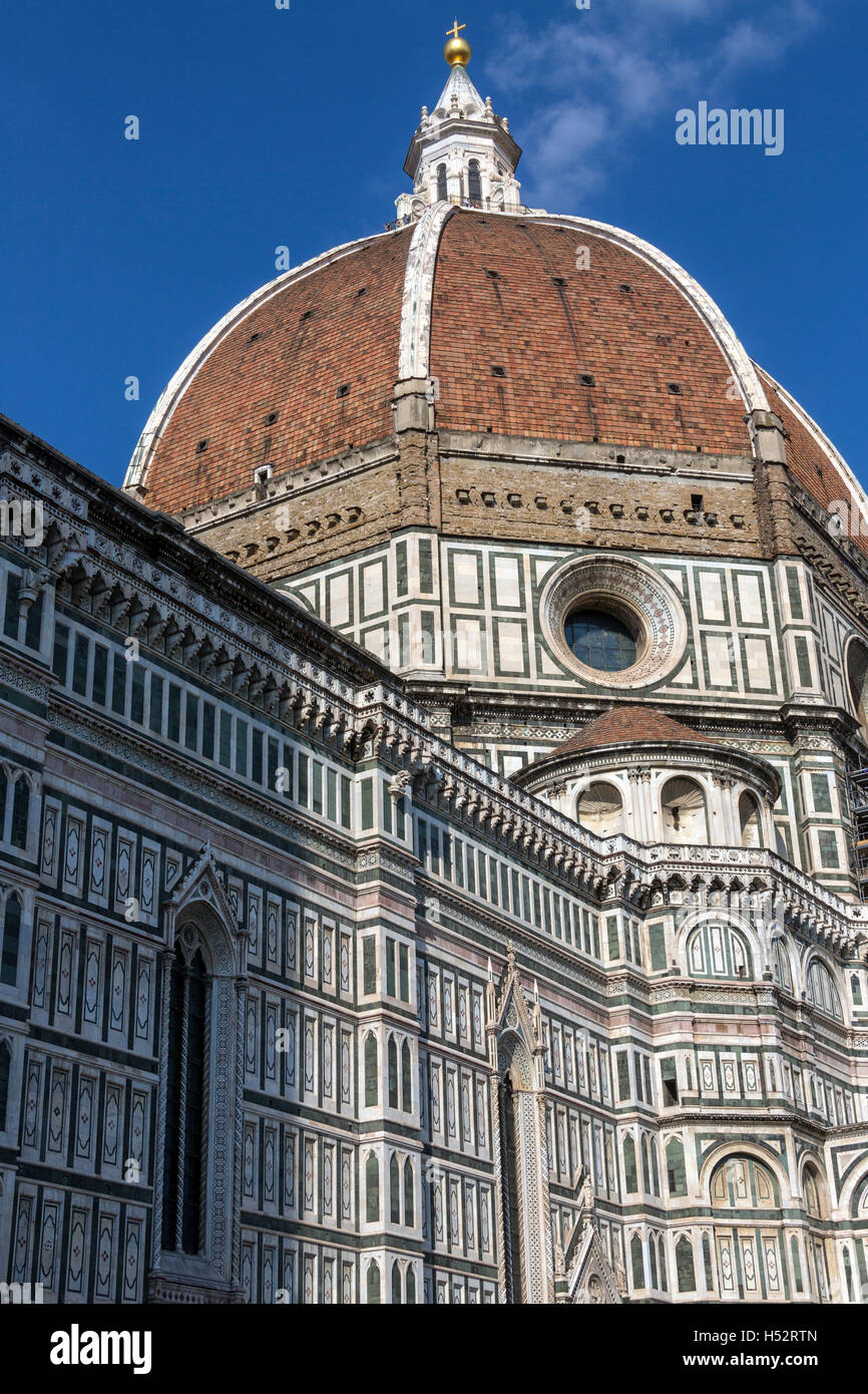 The great dome of the Duomo (Cattedrale di Santa Maria del Fiore) seen from a side street off Piazza Duomo in Florence, - Stock Image
