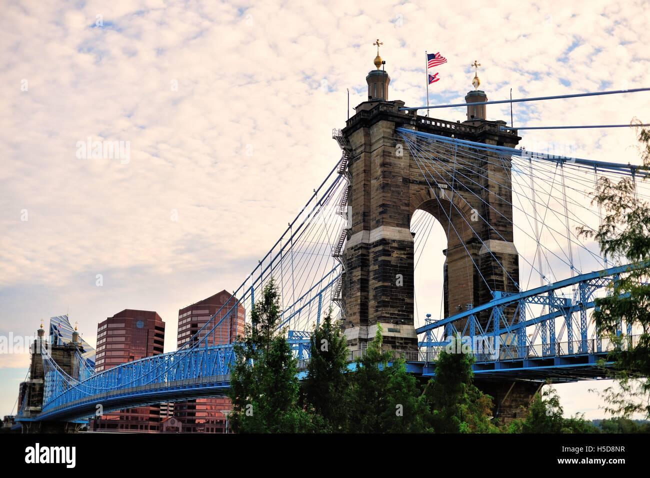 The John A. Roebling Suspension Bridge spanning the Ohio River between Cincinnati, Ohio and Covington, Kentucky. Stock Photo