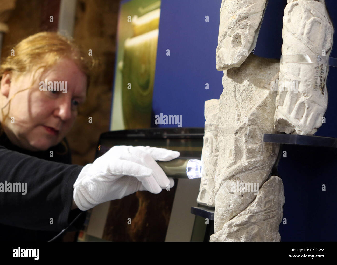 Quedlinburg, Germany. 18th Oct, 2016. Restorer Anja Romanowski scientifically examining pillar fragments from the - Stock Image