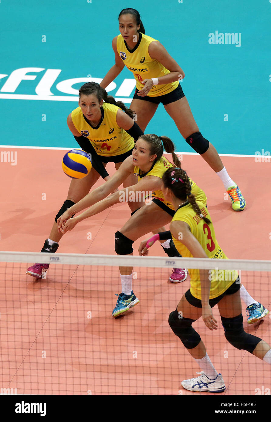 Pasay City, Philippines. 20th Oct, 2016. Players of PSL-F2 Logistics Manila compete against Pomi Casalmaggiore during - Stock Image
