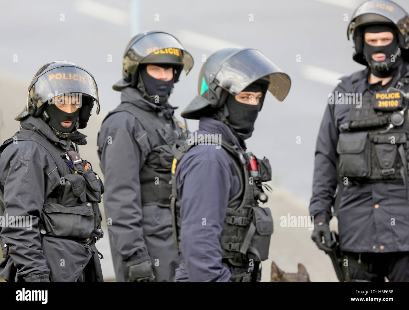 Deutschneudorf, Germany. 19th Oct, 2016. Czech and German policeman practice a joined drill in Deutschneudorf, Germany, - Stock Image
