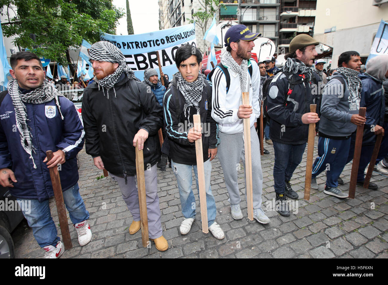 Buenos Aires, Buenos Aires, Argentina. 20th Oct, 2016. Quebracho militants demonstrate in front of the British embassy Stock Photo