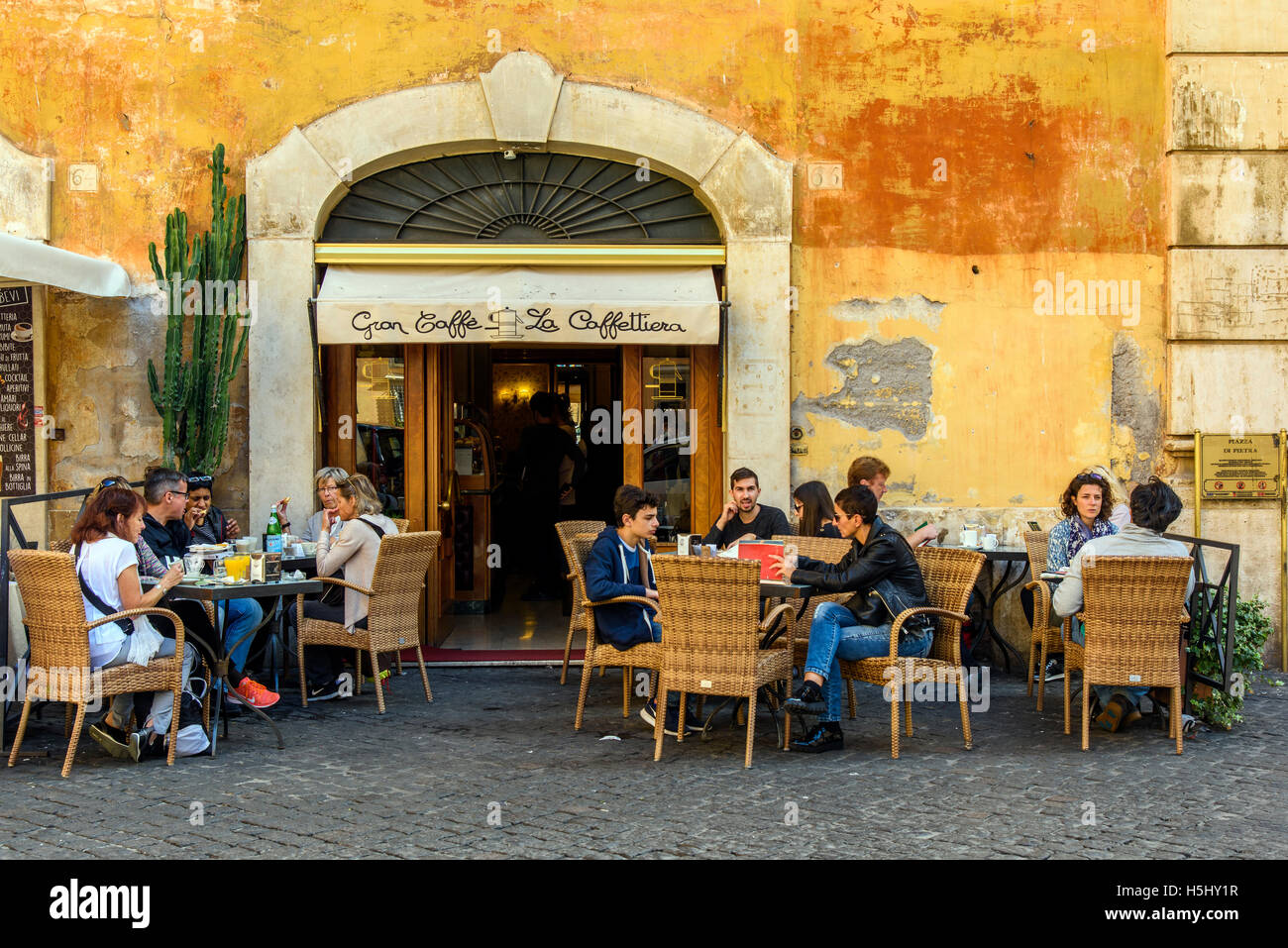 Tourists dining al fresco in a pizzeria restaurant of Rome, Lazio, Italy - Stock Image