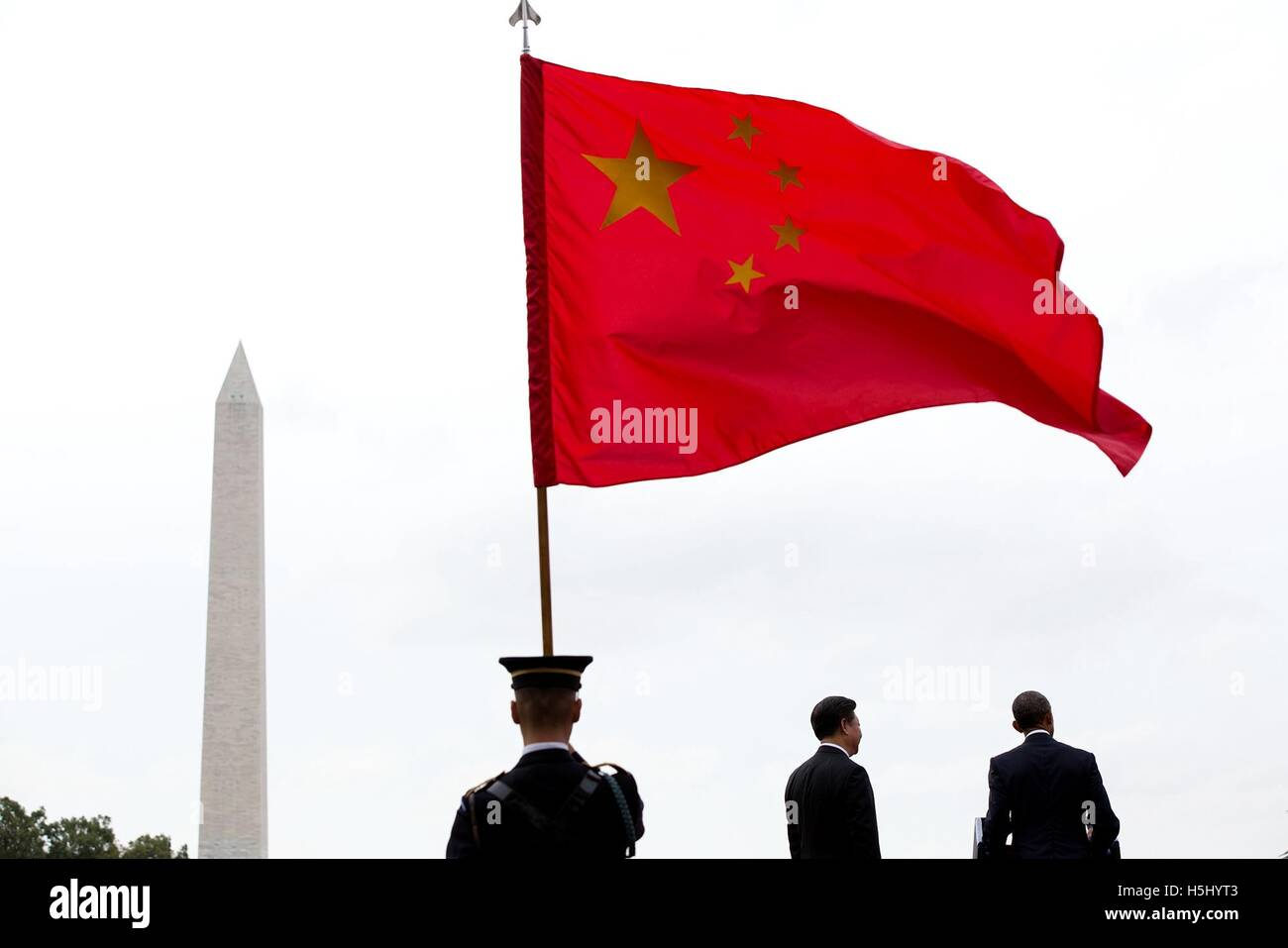 A color guard holds the Chinese flag while U.S. President Barack Obama introduces Chinese President Xi Jinping at - Stock Image